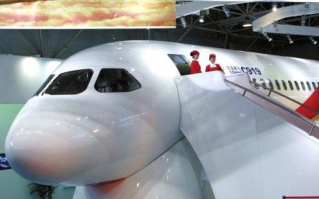 C919大型客机珠闪亮登场(图文)